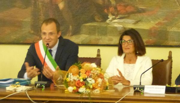 Il sindaco Filippo Galbiati e la professoressa Anna Maria Beretta
