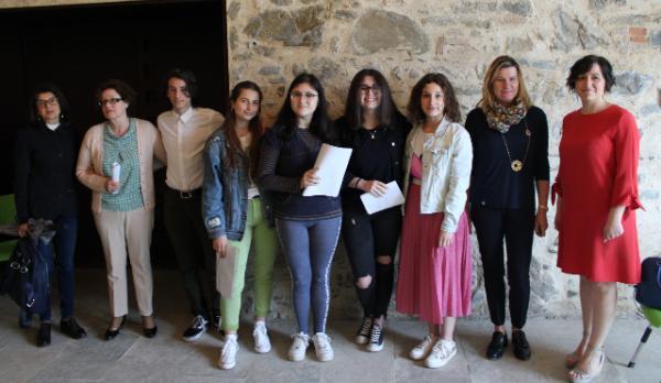 Gli studenti che hanno preso parte all'iniziativa insieme alle insegnanti, a Marta Comi del Consorzio Villa Greppi e alla dirigente scolastica Anna Maria Beretta (prima da sinistra)